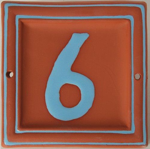 Hausnummer roter Ton hellblaue Schrift
