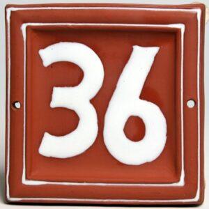 Hausnummer roter Ton weiße Schrift