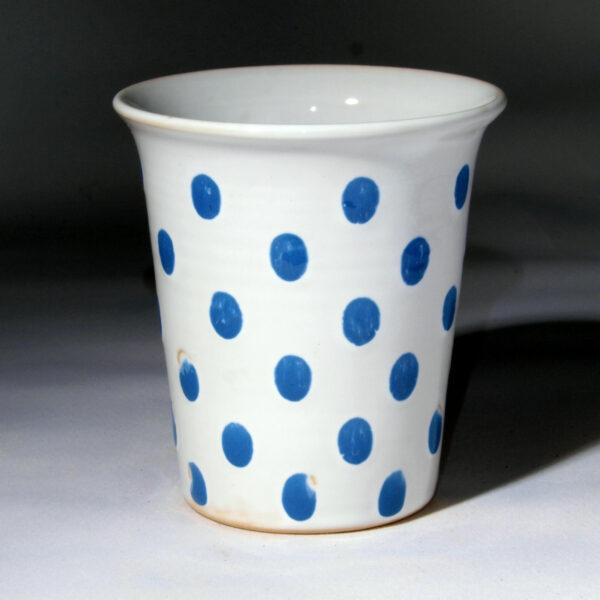 kleiner Becher weiß glasiert mit blauen Tupfen